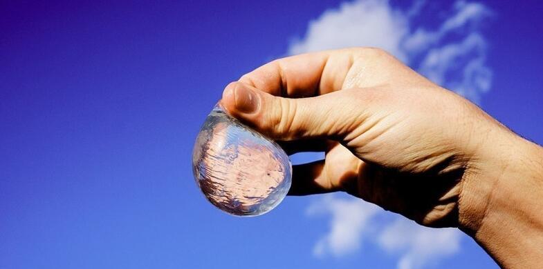 英国科技团队发明可食用水包 直指瓶装水