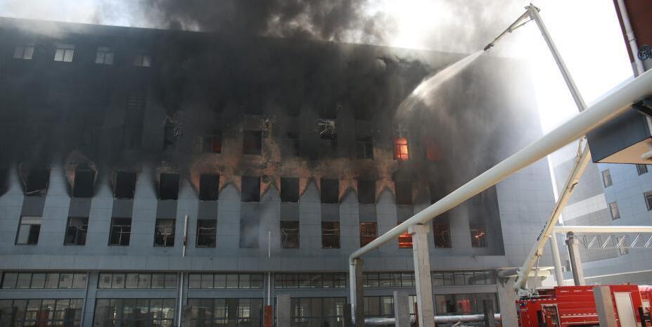 浙江鄞州一新建厂房突发大火 浓烟腾起几十米高