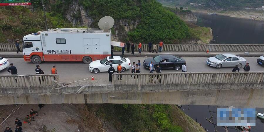 贵州客车翻车坠河事故致13人死亡6人受伤