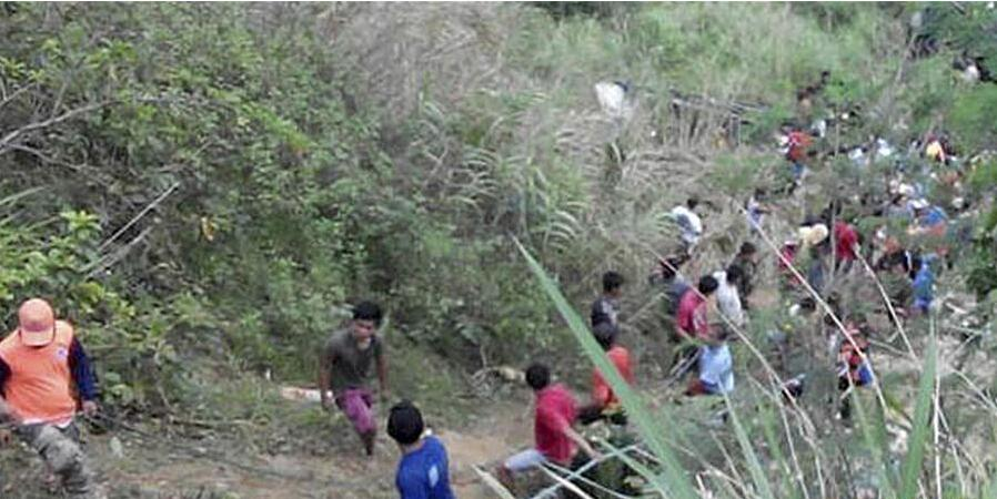 菲律宾吕宋岛客车坠沟致26人死亡