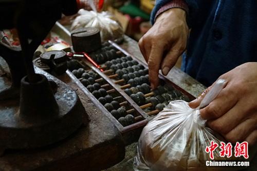 现在,王老板仍保留着用算盘算账的习惯。<a target='_blank' href='http://www.chinanews.com/' >中新网</a>记者 李卿 摄