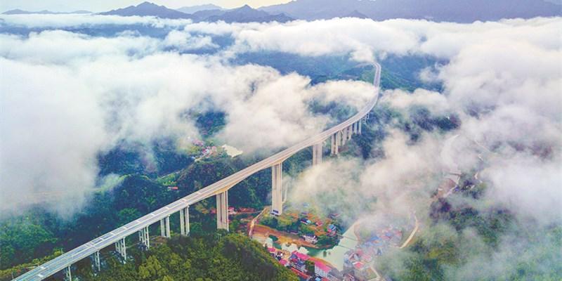 天路入云端:娄怀高速三江特大桥云雾汇聚