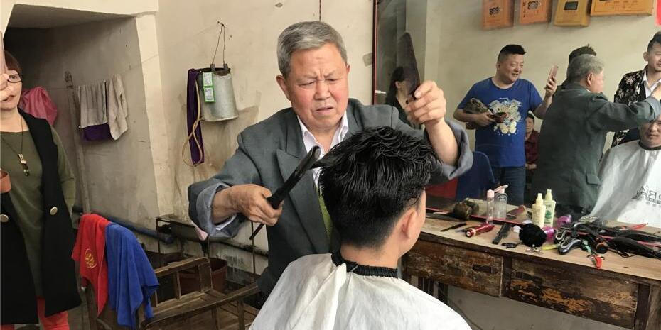 四川一理发师用火钳烫头发引热议
