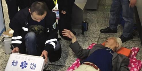 老人长沙地铁站内晕倒 工作人员紧急救助