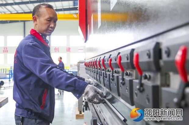 亚洲富士电梯股份有限公司邵阳生产基地车间内工人在抓紧生产.