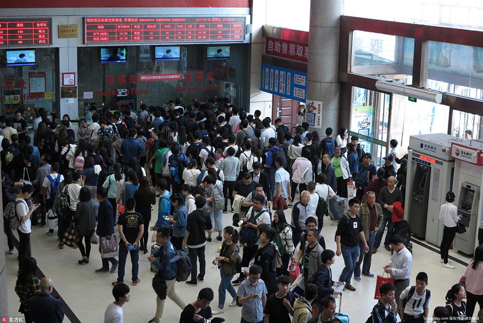 全国多地火车站迎来五一假期客流高峰 - 沪上风 - 新 ...