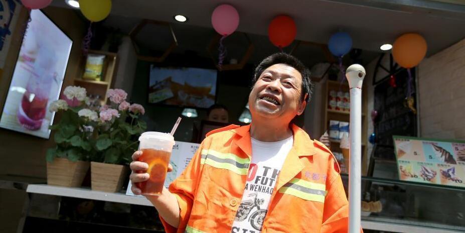 环卫工欲买最便宜冰饮 店员谎称打5折