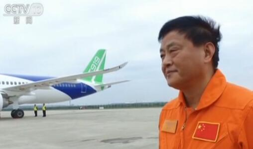 """【专访C919首飞机组】飞行员的""""第三只眼""""都和飞机说了啥?"""
