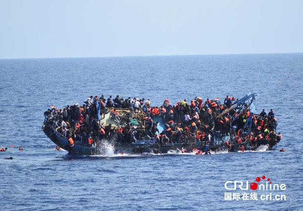 资料图 当地时间2016年5月25日,一艘难民船在意大利西西里岛附近海域倾覆。图片来源:视觉中国 联合国难民署发言人8日向新华社记者证实,近日在地中海发生两起难民船沉没事故,船上共有302名难民,仅有57人获救,其他245人失踪或已遇难。 难民署发言人塞茜尔普伊说,5日晚,一艘搭载132名难民的船在地中海国际海域沉没,除50人获救被送往意大利西西里岛外,其余82名包括妇女和儿童在内的难民恐怕已经遇难;7日,一艘搭载170名难民的船在利比亚附近海域沉没,其中163人或溺水身亡或登记为失踪。 联合国难民署统