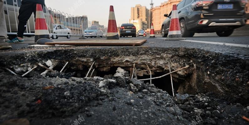 长沙银盆岭大桥塌陷直径约1米深坑