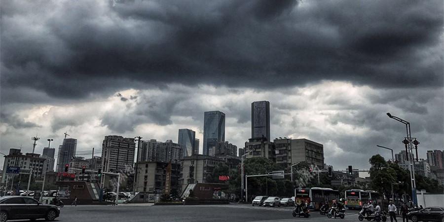 长沙乌云压城突降暴雨 那些路人慌了手脚