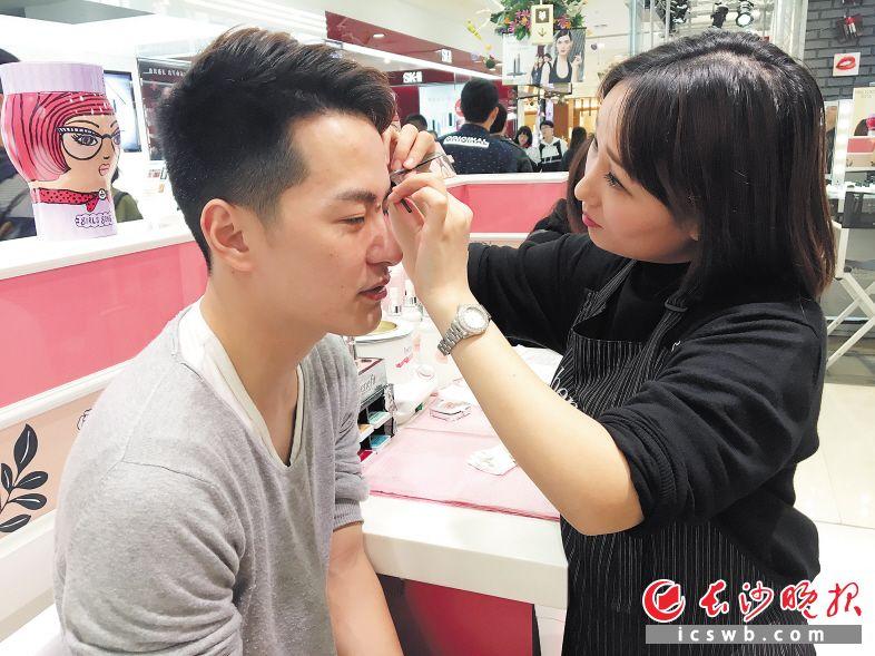 化妆师在给一名男孩修眉。长沙晚报记者 李金 摄