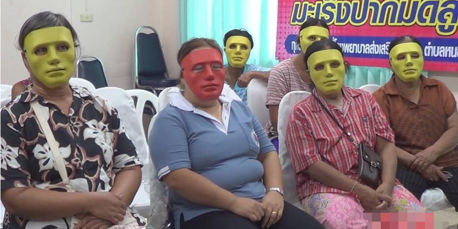 为防尴尬 医生患者戴面具进行妇科检查