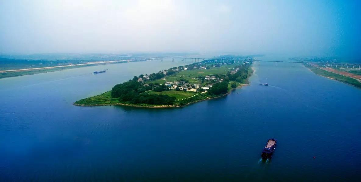 兴马洲位于长沙市天心区暮云镇西南部,处于湘江中心,是江心岛,是