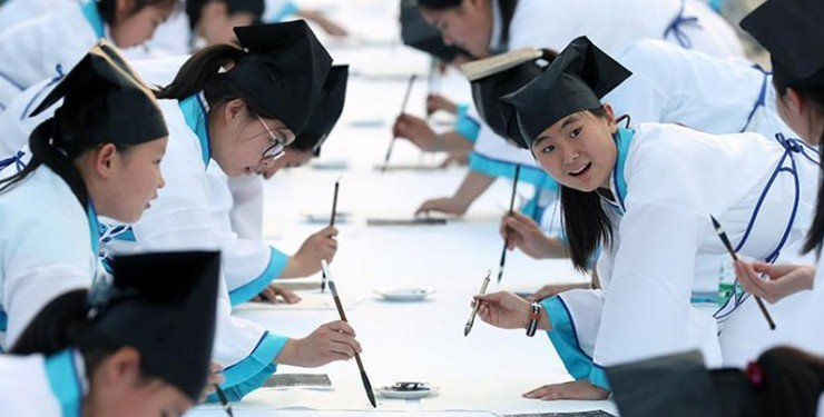 百名汉服学生走进南京博物院临摹名家书法致敬先人