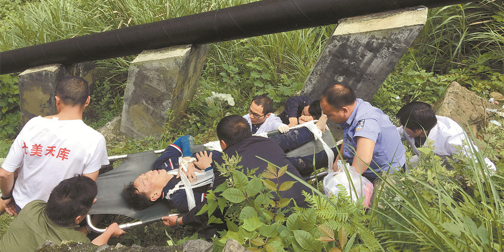 台湾游客凤凰观景不慎跌落山崖 警民协力救护