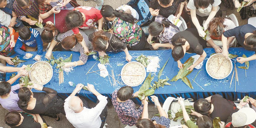 喜迎端午 长沙社区居民参加包粽子子比赛