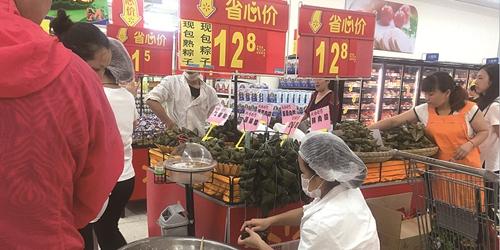 """端午粽""""抢鲜""""上市 水果、鲍鱼馅粽子受追捧"""