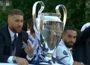 马德里全城沸腾 皇马巡游庆祝夺冠