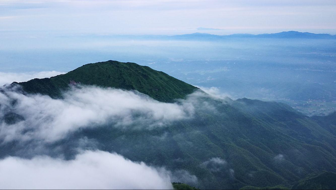 6月7日,雨后初晴的南岳衡山出现云海美景.
