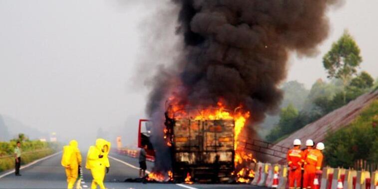 货车载10吨化学品高速起火 消防员穿防化服扑救