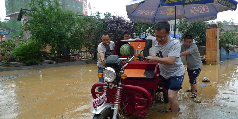 抗洪:怀化市安全转移受灾群众物资
