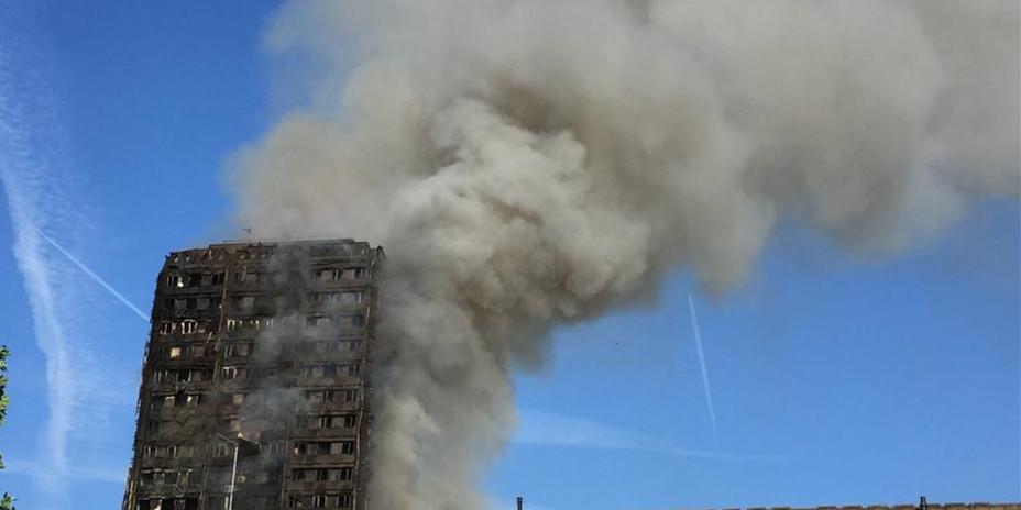 伦敦公寓楼大火仍未熄灭 现场浓烟滚滚