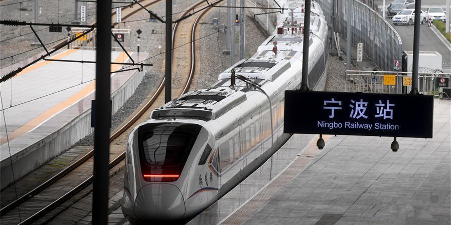 中国首款时速160公里城际动车组投入试运营