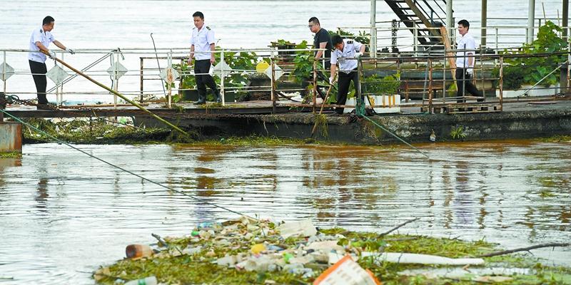 湘江长沙段清理河道垃圾