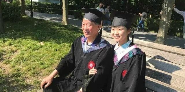 跨越55年 她和校友爷爷同框拍毕业照