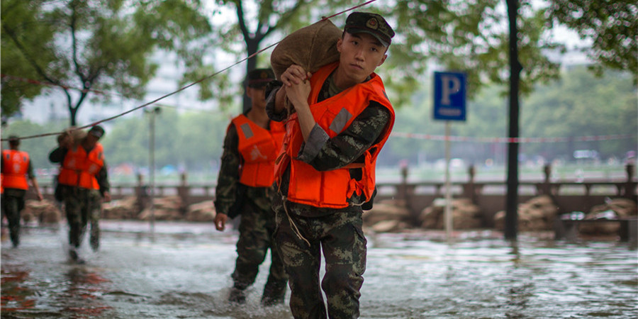 洪灾面前 是他们筑起了一道坚不可摧的堤坝