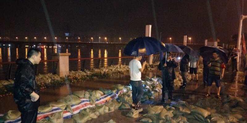 凌晨2:30!长沙沿江风光带护栏筑子堤