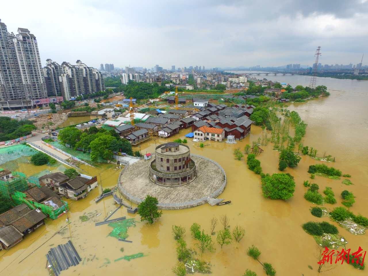正在建设中的湘潭市雨湖区窑湾历史文化街区被洪水围困.