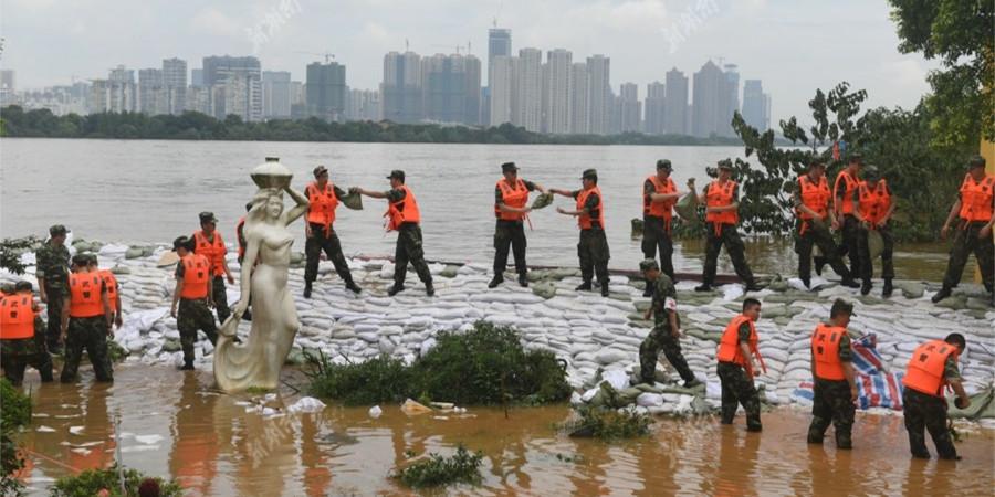 长沙市五水厂泵房现洪水倒灌 武警紧急排险