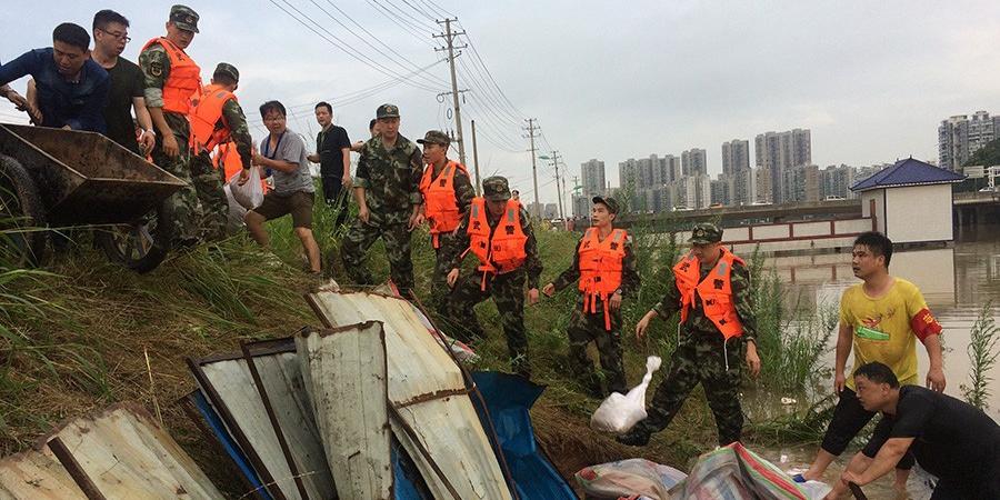 长沙望月湖龙王港河堤  武警排险堵管涌