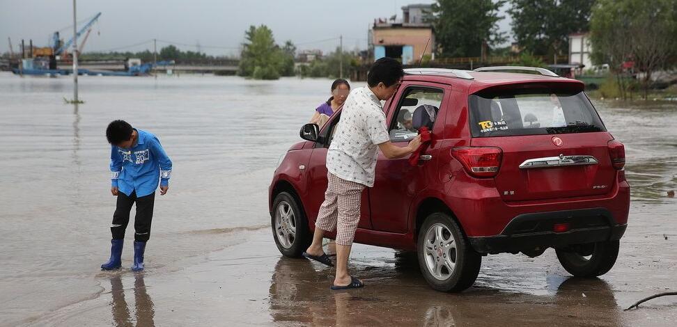长江水位上涨淹没码头 市民水中洗车