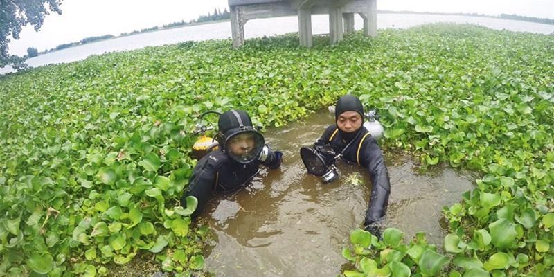 """""""蛙人""""水中摸排除险保大堤"""