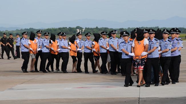74名涉嫌网络敲诈的犯罪嫌疑人从柬埔寨押解回国
