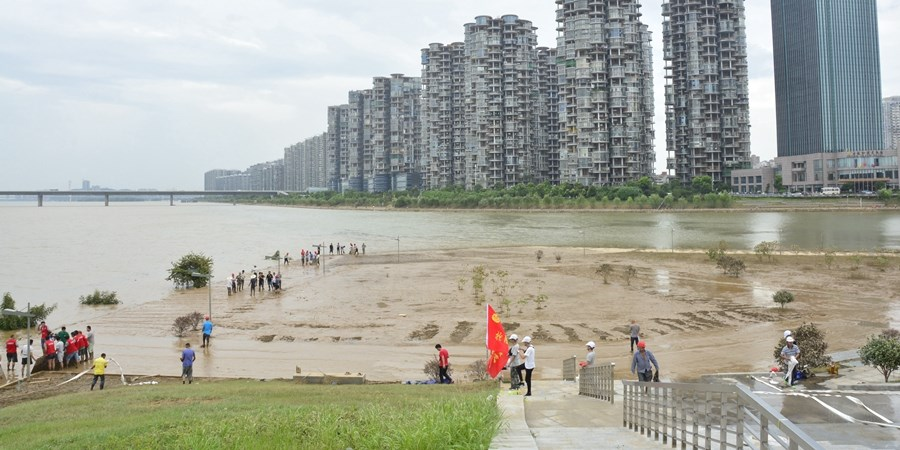 600多人清淤忙 长沙滨江文化园亲水平台基本清扫干净
