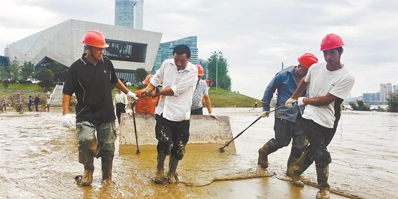 浏阳河畔清淤忙