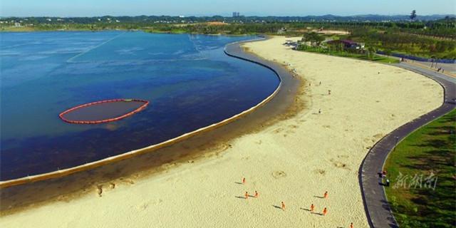 国内最大人工建造湖泊沙滩在长沙开放