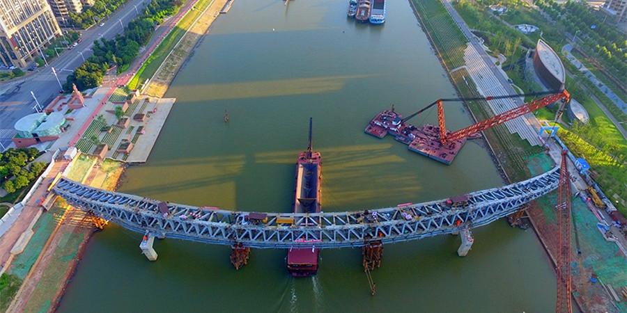 长沙浏阳河人行景观桥主桁架顺利合龙