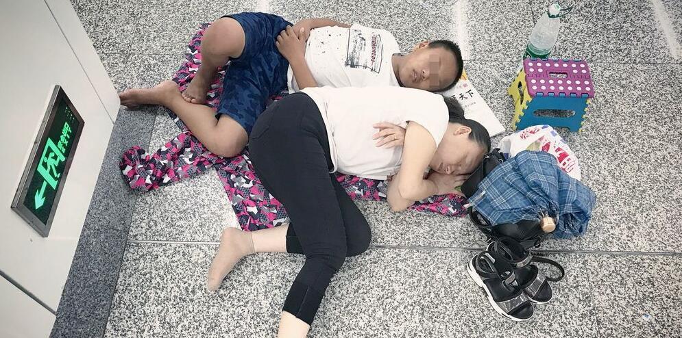 """杭州:地铁站里""""纳凉族""""扎堆 直接躺地上睡"""