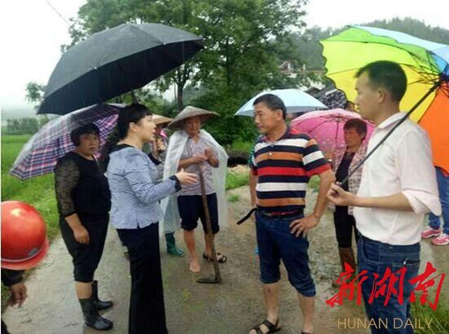 用行动见证使命--在湘全国人大代表参与抗洪救灾纪实