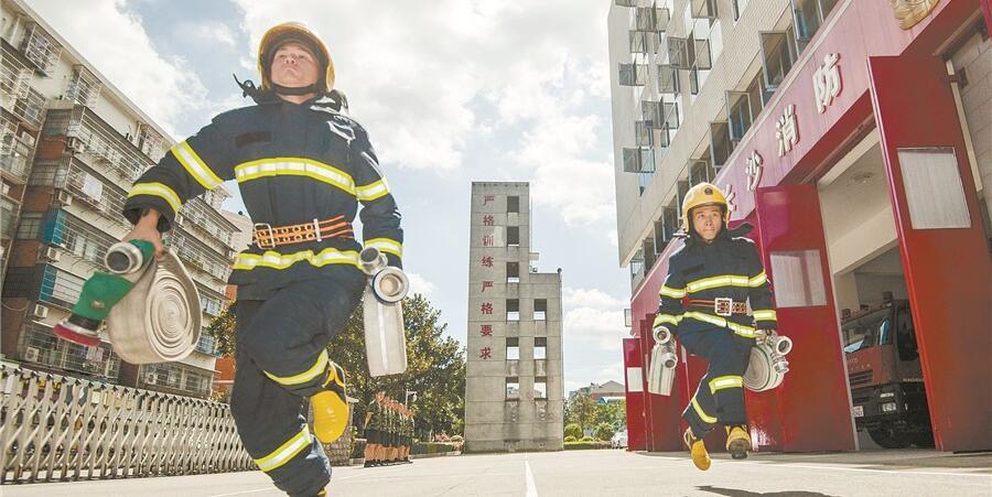 酷暑练精兵――长沙市公安消防支队开展技能训练