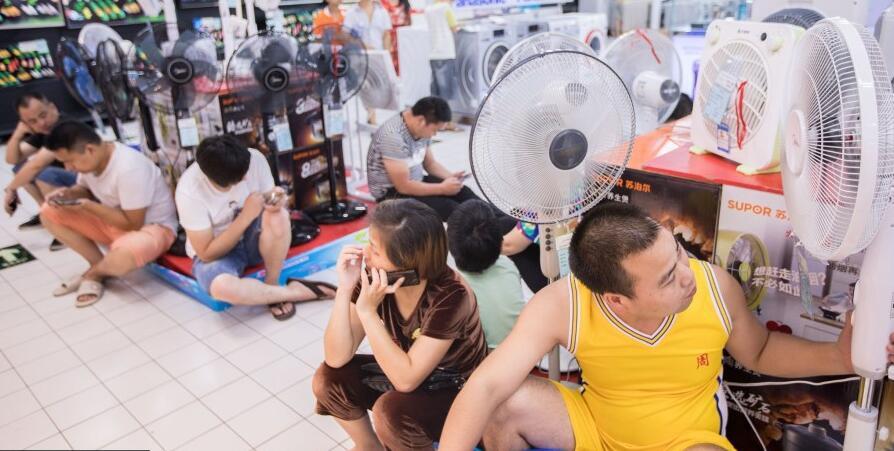 杭州持续高温 大批民众涌入超市避暑
