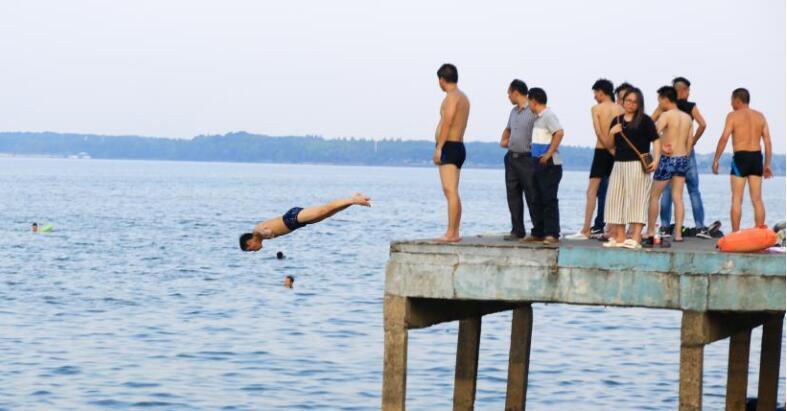 武汉高温红色预警 市民戏水避暑