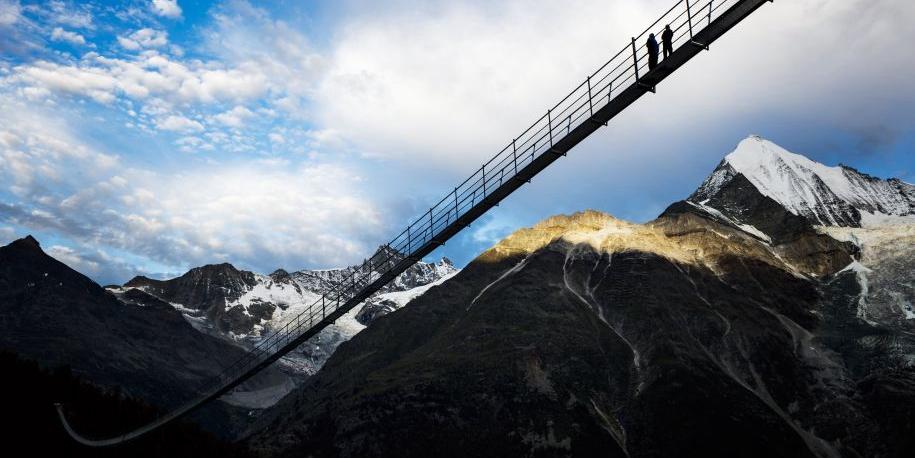 """世界最长人行吊桥""""欧洲之桥""""落成"""