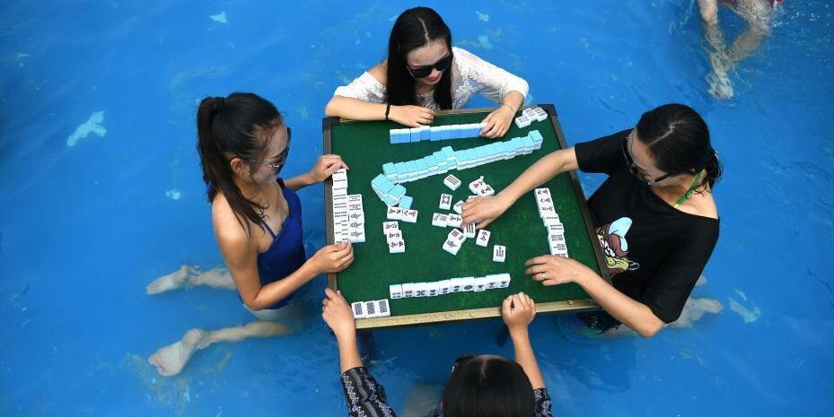 """重庆再发""""高温红色预警"""" 市民水中玩麻将消暑"""