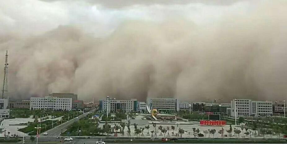 内蒙古现强沙尘暴天气 漫天黄沙滚滚而来